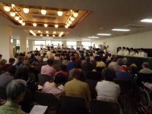 演奏を聴きにたくさんの人が集まってきました!