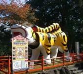境内入口の大きな虎