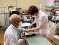 外来看護師が患者様の検査をしています
